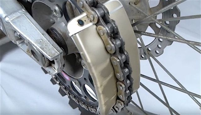 Видео от TechRax: iPhone 6s против цепи кроссового мотоцикла