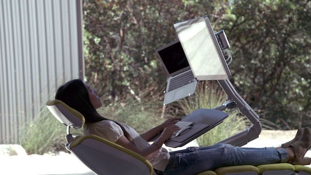 Altwork Station - компьютерный стол, позволяющий работать сидя, стоя или лежа