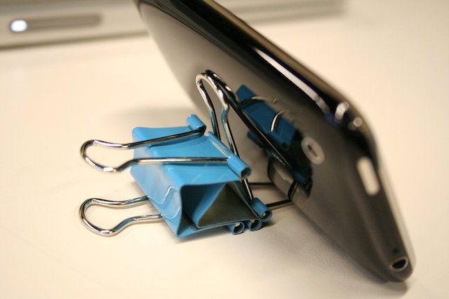 Подставка для iPhone из канцелярского зажима