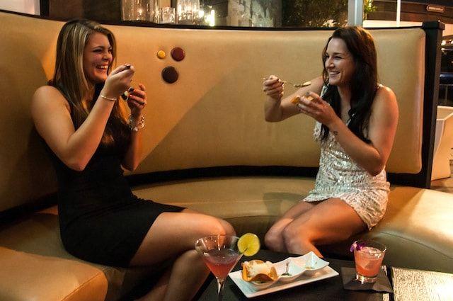 2 девушки в баре