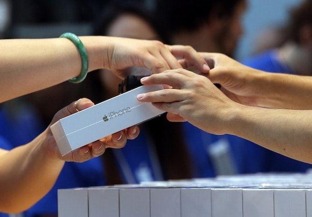 Покупатель iPhone в Apple Store