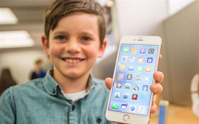 Подросток с iPhone 6s Plus