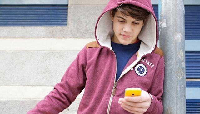 подросток с iPhone