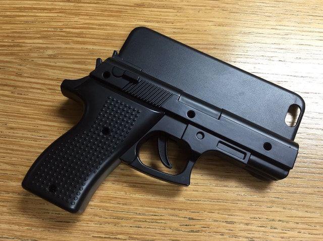 Мужчину арестовали за использование чехла для iPhone в виде пистолета
