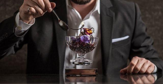 levitating cup - парящий в воздухе бокал
