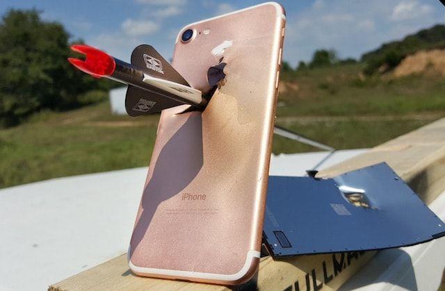 В iPhone 7 расстреливают из спортивного лука (slow-motion видео)