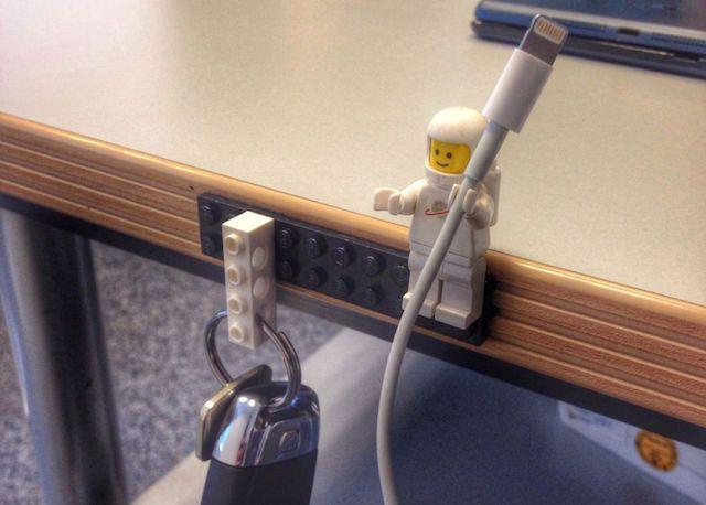 Защита кабеля с помощью конструктора Lego