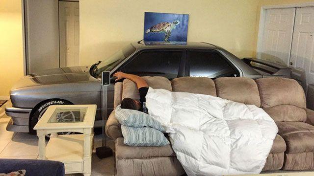 Из-за урагана «Меттью» американец спрятал свой автомобиль в гостиной