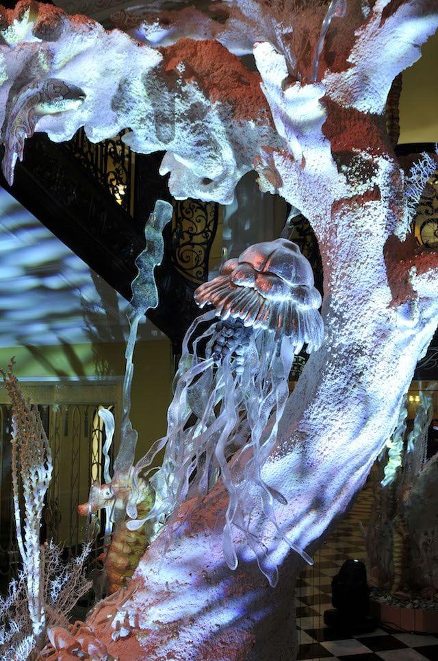 Оформление рождественской елки от Джон Галлиано из Dior