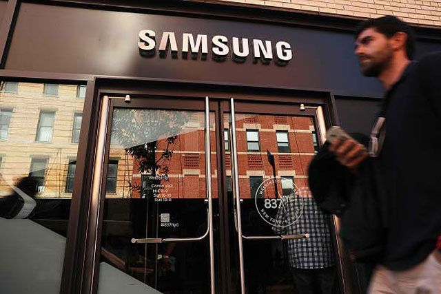 Менеджеры Samsung оскорбили китайских пользователей, встав перед ними на колени