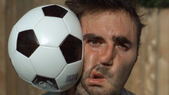 Замедленная съемка «slo-mo» удара футбольным мячом по лицу
