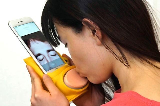 Kissenger - аксессуар для iPhone, позволяющий передавать поцелуи на расстоянии