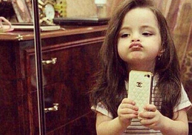 Девочка делает селфи на iPhone