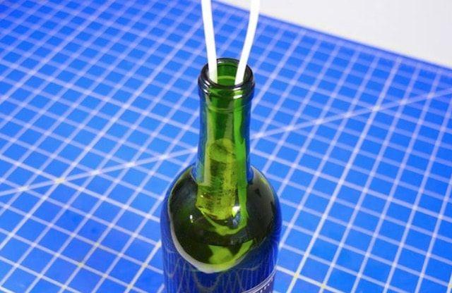 Достать пробку из бутылки для вина