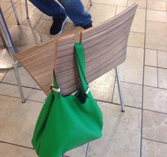 Стул с прорезью для сумки