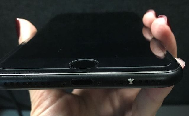 На черном матовом iPhone 7 облазит краска