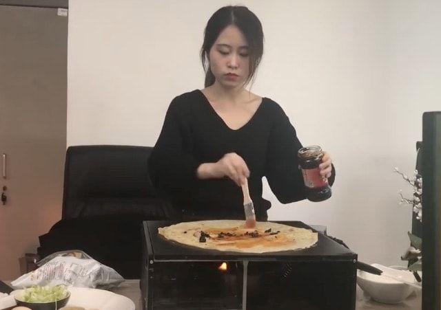 Китайская девушка приготовила блины на офисном компьютере