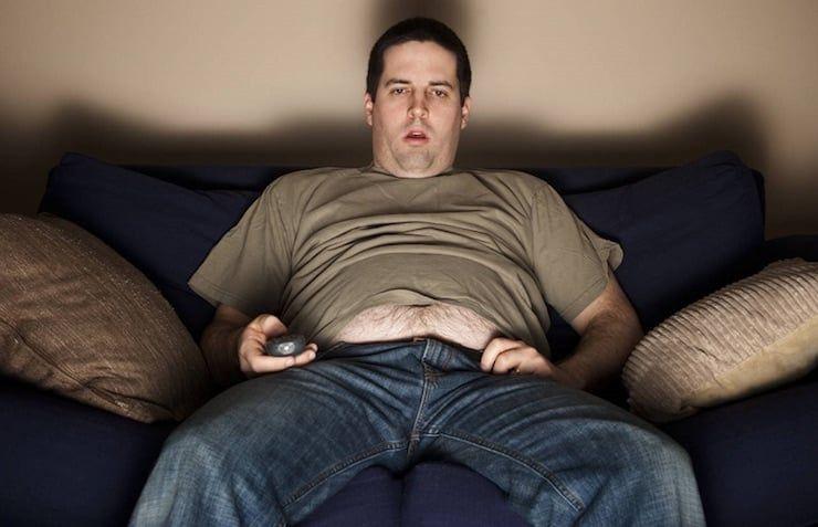 толстяк возле телевизора