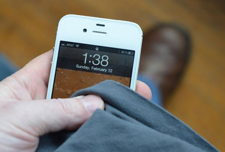 протереть iPhone тканью