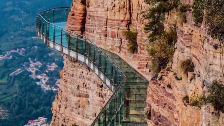Стеклянный мост над бездной рушится прямо под ногами