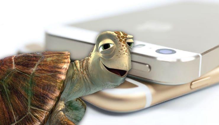 """Почему старые iPhone начинают """"тормозить""""?"""