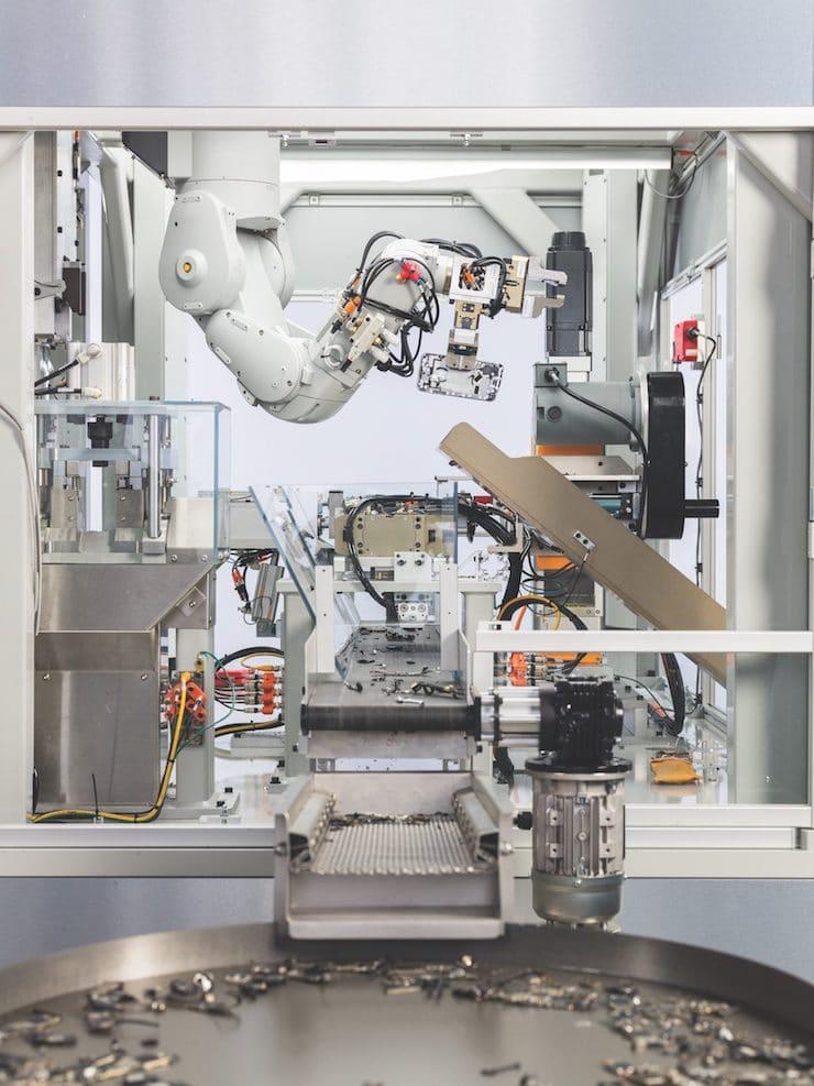 робот Apple, который полностью разбирает 200 старых iPhone за час