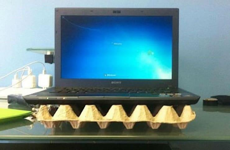 Ноутбук и лоток для яиц