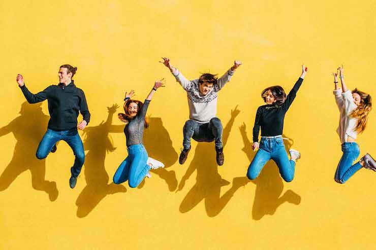 Групповое фото в прыжке