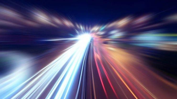 Чему равна скорость света и какие объекты способны ее преодолеть