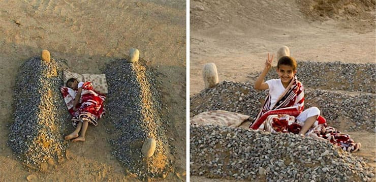 Спящий возле могил своих родителей сирийский ребенок