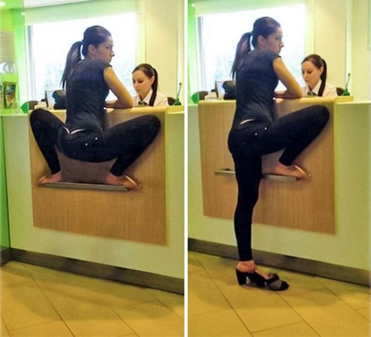 Сидящая «на кортах» девушка