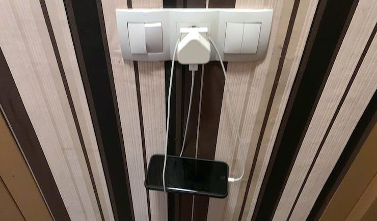 Как надежно закрепить смартфон на зарядке возле розетки