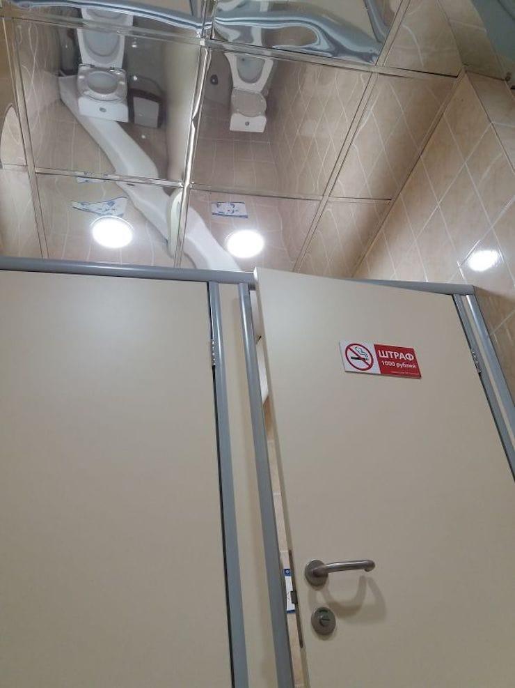 Зеркальные потолки в туалете