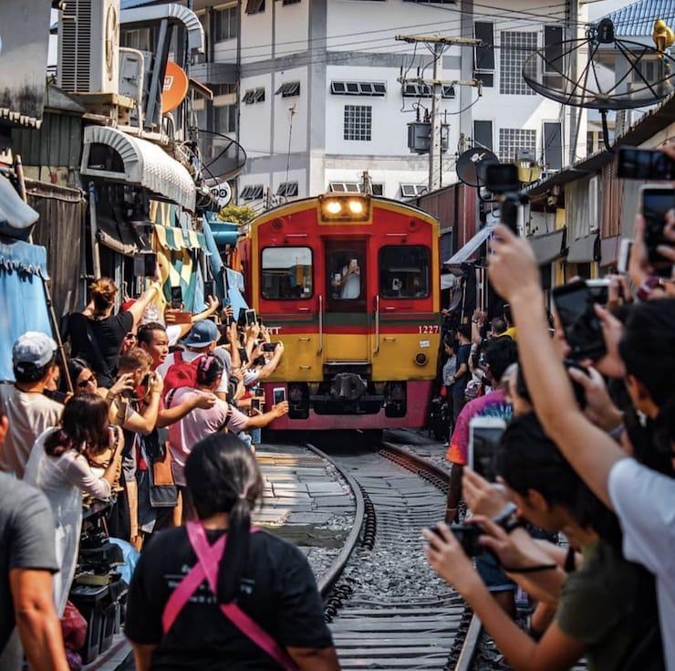Меклонг: рынок на рельсах в Бангкоке (Таиланд)