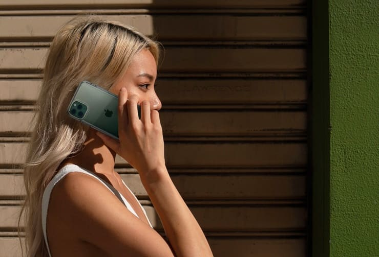 Девушка разговаривает по iPhone
