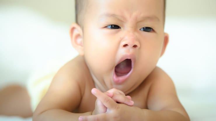 Зевающий мальчик