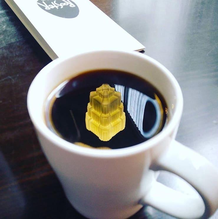 Плавучий замок в чашке кофе