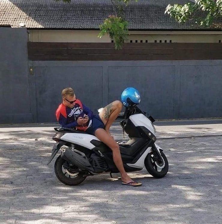 Девушка-мотоциклист